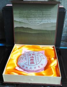 Doi Wawee: In Tuch gewickelter Pu'er Tee-Fladen in Geschenkschachtel
