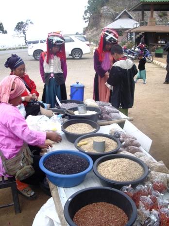 Lisor-Mädchen und Verkauf von Bergreis am Aussichtspunkt zwischen Pai und Pangmapha