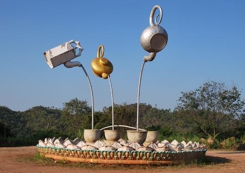 3-Teekannen-Kunstwerk, Teil des Tee-Denkmals in Doi Mae Salong