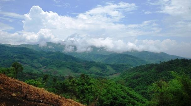 Wolkenverhangene Berggipfel bei Doi Wawee, Nordthailand