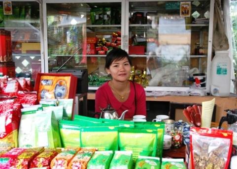 Royal Development Project Doi Tung, Nordthailand: Hilltribe-Basar, Teeshop-Verkäuferin