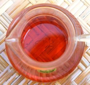 Doi Mae Salong Shi Er Black Pearls, Tee in Glaskanne, deutliche rote Färbung