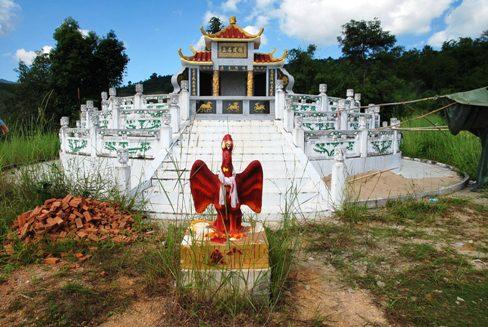 Koreanischer Schrein über Teegarten in Ban Thoed Thai