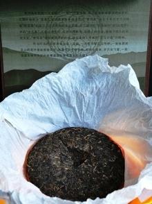 In Papier eingewickelter Pu Erh Tee in Fladenformen
